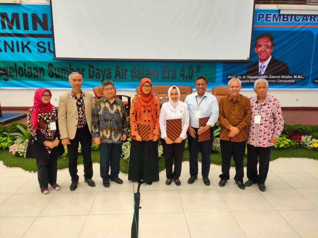 Foto bersama Wakil Rektor, Keynote Speaker dan Moderator